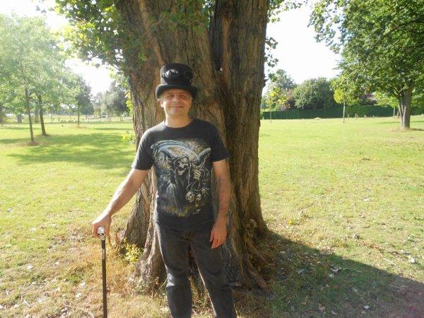 moi avec mon chapeaux gothique et ma canne au parc