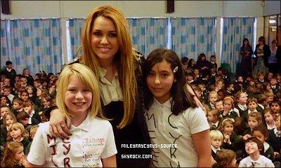 .       Mardi 9 novembre 2010 :  Miley a eu une très longue journée ,à Derby , avec dédicasse et Photocall .        .