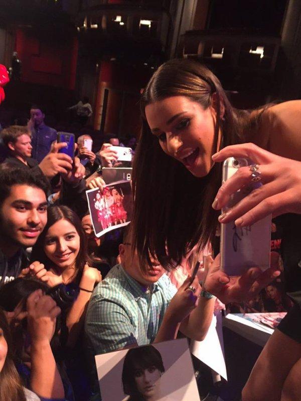 Lea Michele avec fans au bout du panneau de scream Queens En Paleyfest