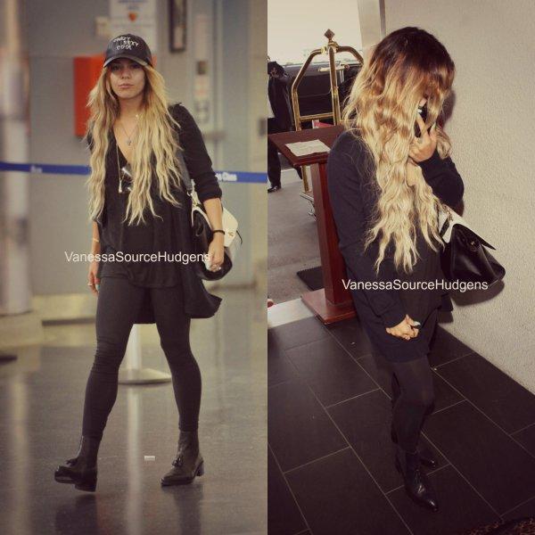 25.04 | La jolie Vanessa a été vu à l'aéroport de Los Angeles.