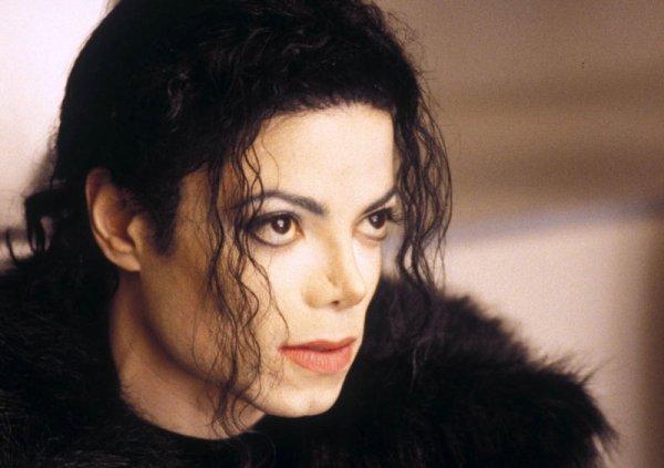 """•••  «"""" Ta jamais vu MJ en vrai, c'est bon il est mort arrête d'être fan """" """" Et moi j'te demande ton avis sur Dieu, tu la jamais vu en vrai et c'est une raison pour que j'te dise : arrête d'être croyant ? """" MJ ♥   » ♪♫..."""