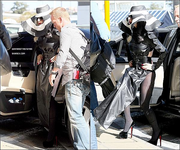 -[/align=center] 14/07/11 : Enfin, Lady Gaga a terminer son séjour en Australie et arrivant à l'aéroport de Sydney. -[/align=center]