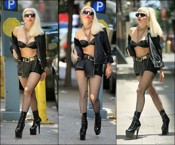 -[/align=center] 17/07/11 : Lady Gaga marchant tranquillement  dans les rues sous le soleil dans New York City. -[/align=center]