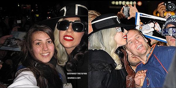 -[/align=center] 10/07/11 : Lady Gaga avec des valises Louis Vuitton sortant de son hotel de Sydney en Australie. -[/align=center]