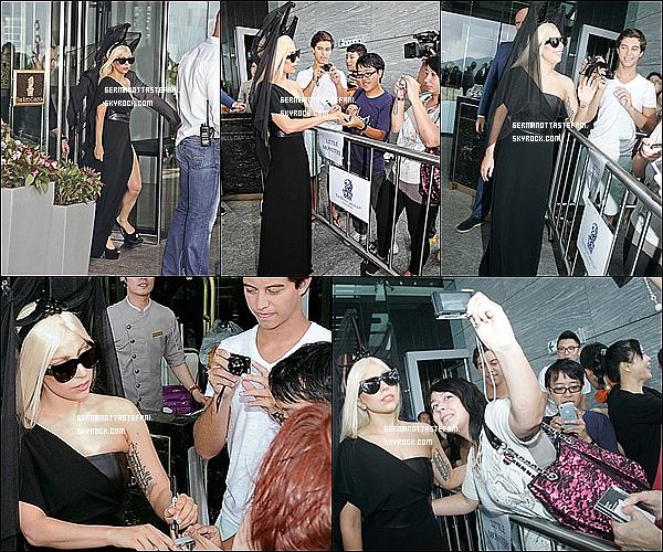 _  03/05/12 : Lady Gaga sortant de son hôtel à Hong-Kong et a rencontrer quelques fans. _