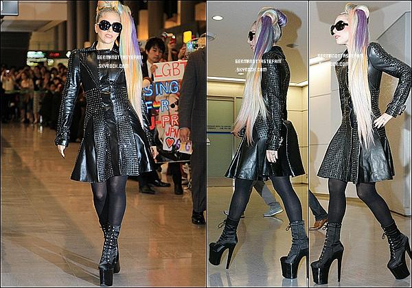 _  08/05/12 : Mother monster vient d'arriver à Tokyo , ou elle fera ses prochaines dates. _