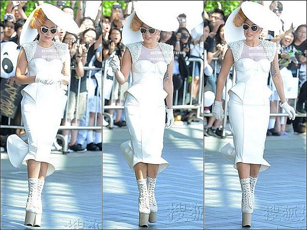 _  08/05/12 : Gaga à été aperçue arrivant a son hôtel à Tokyo , avec des fans l'attendant. _