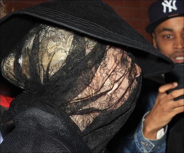 -[/align=center] 12/10/11 : Lady Gaga plus excentrique que jamais à été vue quittant son hotel dans New-York.  L. Gaga en oiseaux sans tête, elle est cachée au maximum, sûrement par rapport au tournage du clip.  -[/align=center]