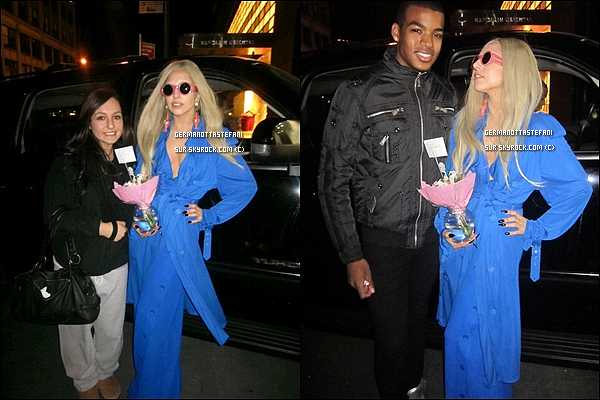 -[/align=center] 25/10/11 : Lady Gaga avec des fleurs en main ce rendant a un hôpital dans les rues de Manhattan.  Gaga aurait été rendre visite à un ami. Espérons que ce ne soit moins grave que son ami décédé, Clerence..    -[/align=center]