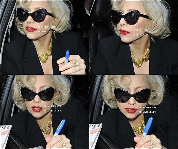 .13/12/11 : Lady Gaga à été aperçue dans une voiture a la sortie de son hôtel entrain de signer des autographes.J'aime beaucoup sa coiffure je trouve que les coupes courte vont très bien à Gaga, J'aime aussi  ses lunettes et  le reste de la tenue on ne voit pas..
