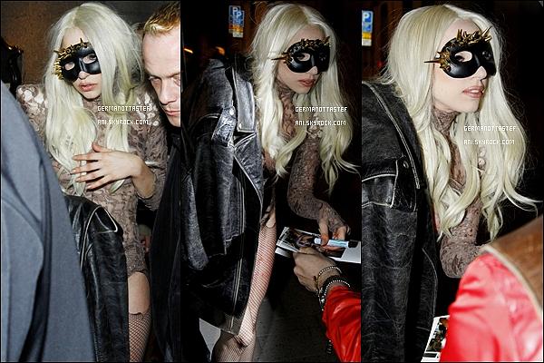 _  08/05/10 : Lady Gaga arrivant sur le lieu de son concert le Monster Ball Tour et signant des autographes. +   Lady Gaga à été aperçue cette fois en quittant le lieu de sa tournée en Suède le 08 mai 2010 et ce rendant en boite de nuit (Photos). _