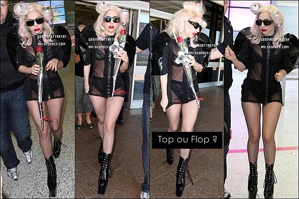 _  17/03/10 : Lady Gaga à été aperçue par les pap'z à l'aéroport de Sydney avec des fleurs et un nounours. _