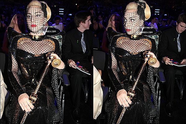 _  12/02/12 : Gaga était présente hier soir à la célèbre cérémonie des « Grammy's Awards 2012 » à L.A. Lady  Gaga ne remporte pas le prix de la Meilleure Performance Pop Solo avec « Yoü and I » ni l'Album de l'Année, bravo à Adele ! _