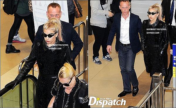 _  28/04/12 : Lady Gaga arrivant à l'aéroport de Séoul direction Hong-Kong la prochaine date de sa tournée. _