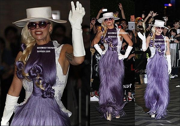 _  28/04/12 : Lady Gaga a été vue arrivant devant son hôtel à Hong Kong en Chine où elle a salué ses fans. _