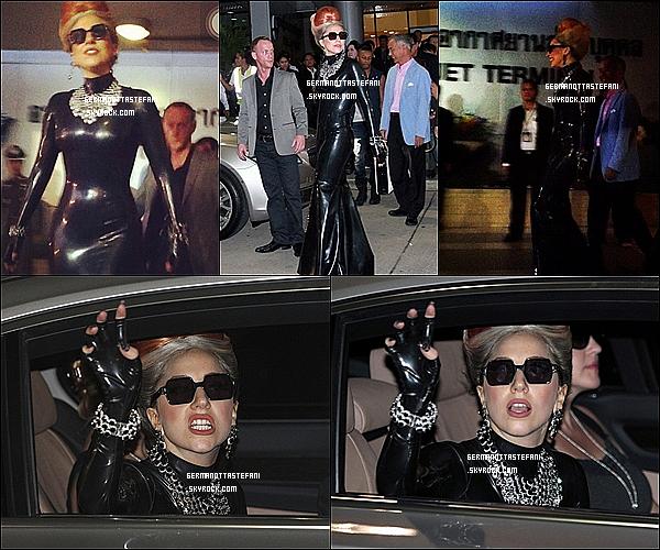 -[/align=center] 23 Mai 2012 : Gaga est arrivée à l'aéroport de Bangkok pour sa grande tournée le Born This Way Ball.  -[/align=center]