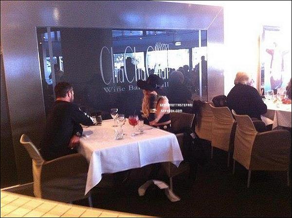 -[/align=center] 15/06/12 : Lady Gaga et Taylor Kinney  ont été repérés dînant au restaurant et ensuite sur leurs balcon.  -[/align=center]