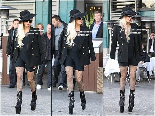 -[/align=center] 18/06/12 : Lady Gaga à été aperçue sortant du Manta Restaurant à Woolloomooloo en faisant signe de la main au paparazzi.  Et un peu pus tard, dans la journée, elle a été visité un Zoo avec  Taylor Kinney. Top?  -[/align=center]