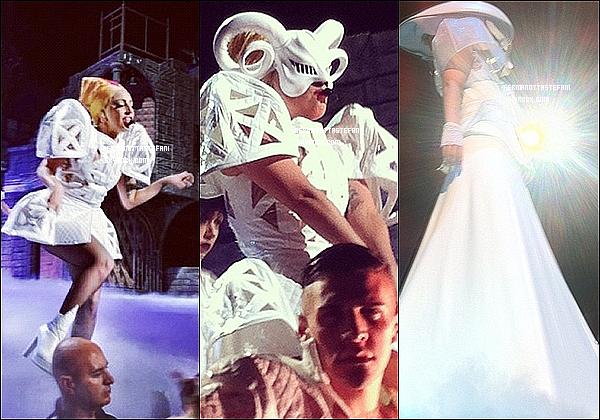 -[/align=center] 25/06/12 : Lady Gaga a été aperçue aujourd'hui  à Sydney Harbour en Australie sur un bateau privé.  -[/align=center]