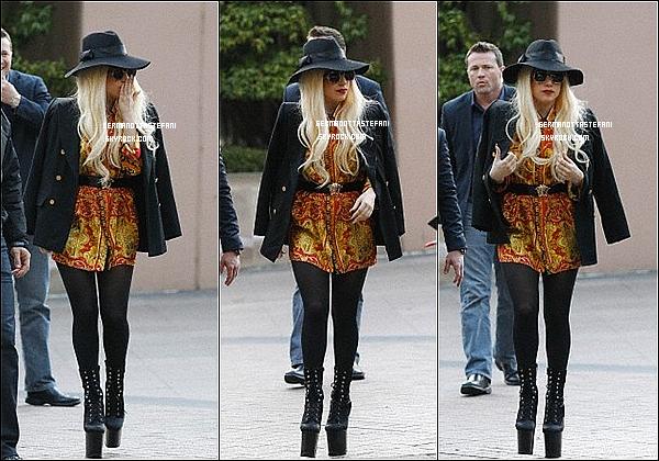 -[/align=center] 26/06/12 : Lady Gaga saluant ses fans a été aperçue arrivant devant son hôtel dans Melbourne. Top?  -[/align=center]