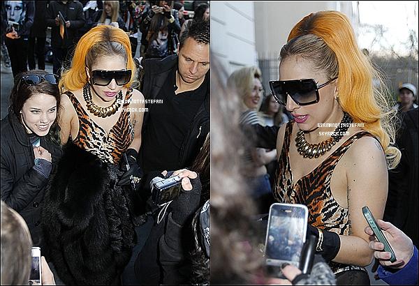 -[/align=center] 04/07/12 : Lady Gaga a été aperçue quittant son hôtel signant des autographes à ses fans à Melbourne.  -[/align=center]
