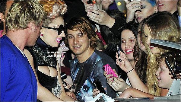 -[/align=center] 05/07/12 : Mother Monster a été vu a son arrivée à Perth pour sa tournée mondiale. T'aime sa coiffure?  -[/align=center]