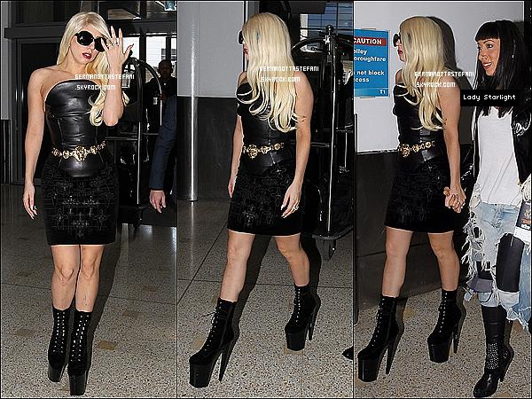 -[/align=center] 09/07/12 : Lady Gaga a été aperçue à l'aéroport de Sydney avec son amie Lady Starlight direction L.A.  -[/align=center]