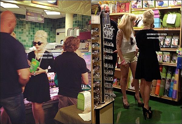 -[/align=center] 16/07/12 : Lady Gaga  à été photographié signant des autographes a la sortie de son hôtel de Chicago.  -[/align=center]