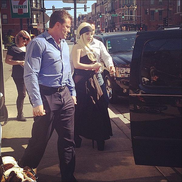 -[/align=center] 20/07/12 : Lady Gaga  à été vu à Chicago a l'intérieur d'un restaurant et a la sortie dans un véhicule.  -[/align=center]