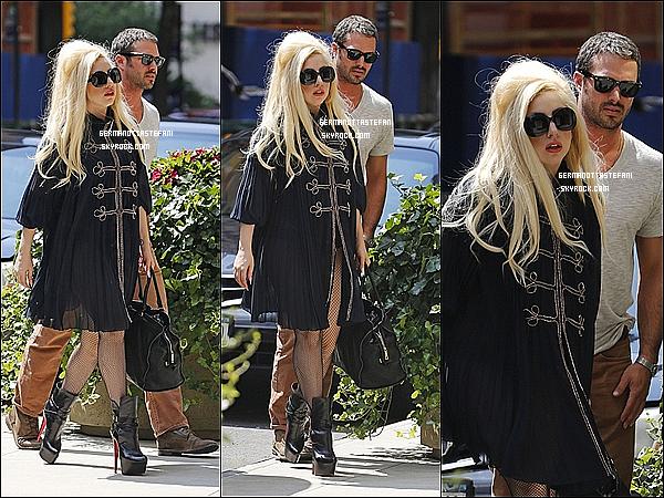 -[/align=center] 22/07/12 : Lady Gaga à New-York avec son boyfriend Taylor Kinney arrivant au restaurant « Joanne ».   -[/align=center]