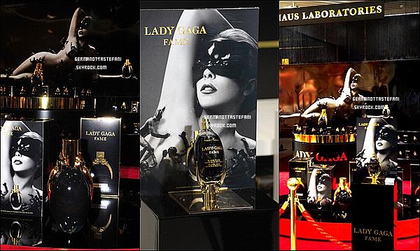 """-[/align=center] 01/08/12 : Lancement officiel du parfum """"FAME"""" au Tokyu Plaza Omotesando Harajuku au Japon.Lady Gaga nous dévoile une nouvelle affiche promotionnelle de son parfum """"Fame"""". Gaga y apparaît nue sur la couverture.    -[/align=center]"""