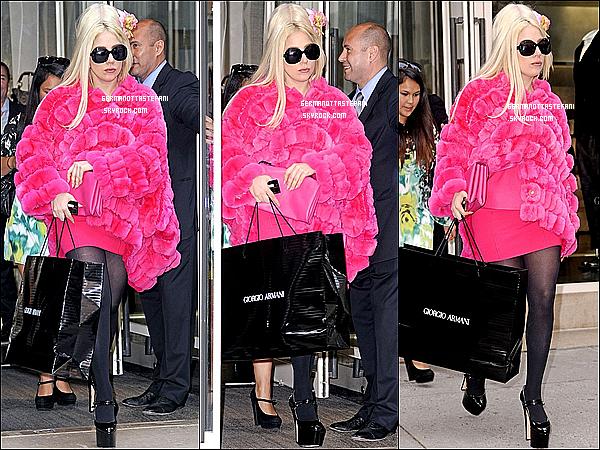 -[/align=center] 07/08/12 : Lady Gaga a été aperçue se rendant dans la boutique Giorgio Armani à New York. Top?Un peu plus tard, Lady Gaga s'est rendue dans la boutique Bergdorf Goodman dans la même journée à New-York. Top ou flop?   -[/align=center]