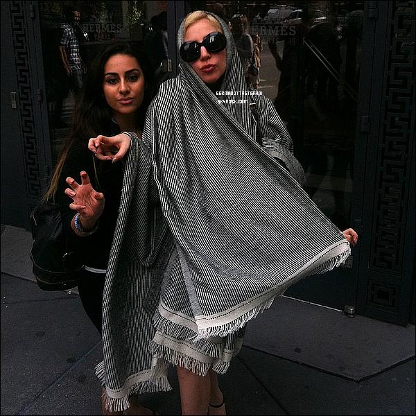"""-[/align=center]  Lady Gaga nous dévoile un extrait de la publicité pour son parfum """"Fame"""" réalisé par Steven Klein.Lady Gaga était à Chicago le 10 août 2012 et Gaga a posé comme a son habitude avec ses fans dans les rues. Top ou flop?   -[/align=center]"""