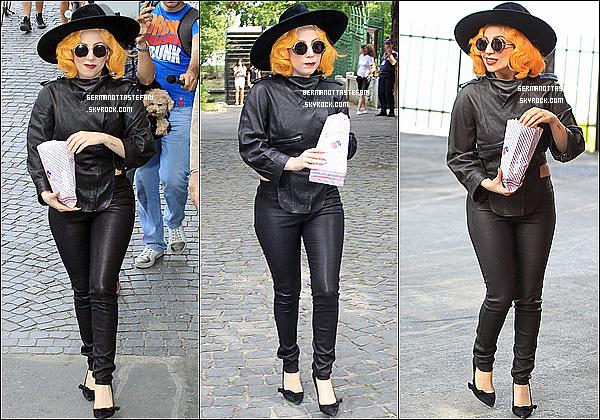 -[/align=center] 17/08/12 : Lady Gaga & son chiot ont été aperçu sortant de son hôtel a Bucarest. Puis, arrivant le même jour a Venice. et dès son arriver Gaga  a été signer des autographes aux Little Monster. Elle est sublime !     -[/align=center]