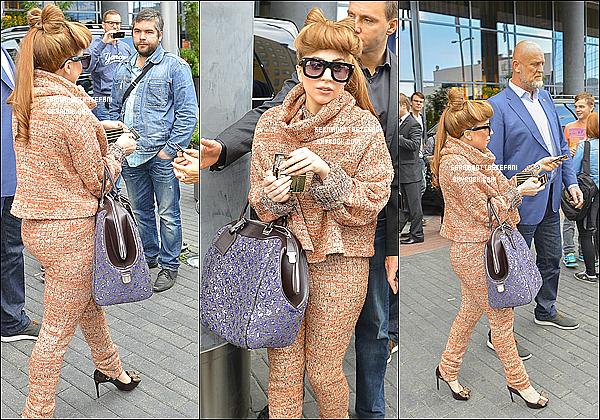 """-[/align=center] 25/08/12 : Lady Gaga a distribuée des échantillons de son parfum à la sortie de son hôtel en Estonie.Lady Gaga nous a dévoilé deux nouvelles vidéos publicitaires pour son parfum """"Fame"""" . J'aime beaucoup les vidéos. et vous?    -[/align=center]"""