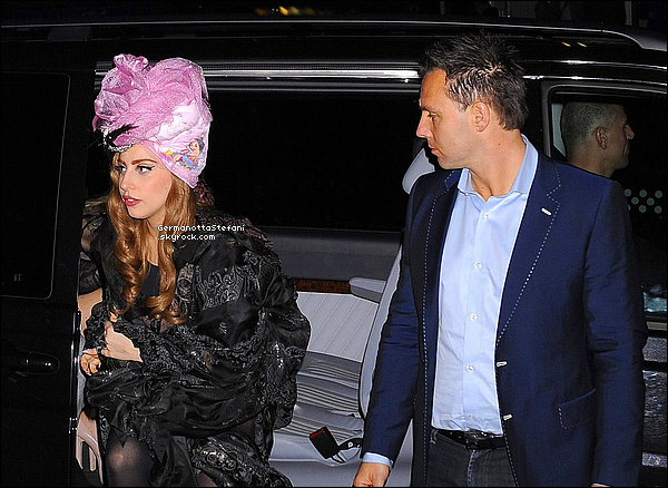-[/align=center] 29/08/12 :  Lady Gaga est arrivée devant son hôtel à Stockholm en Suède, où elle y fera deux concert.   -[/align=center]