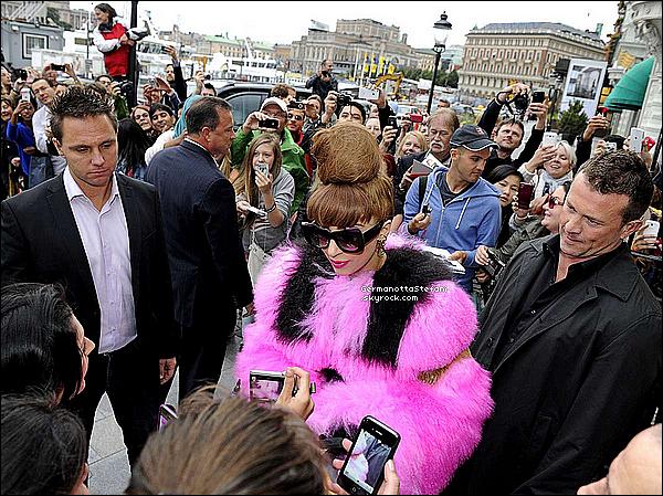 -[/align=center] 30/08/12 :  Lady Gaga et sa longue fourrure rose et noir de nouveau vue quittant son hôtel à Stockholm.  -[/align=center]