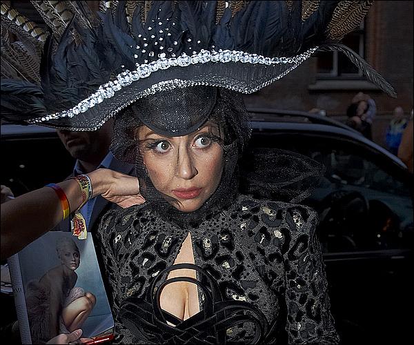 _  02/09/12 - Lady Gaga a été vue quittant son hôtel du Danemark pour se rendre a sa tournée.   _