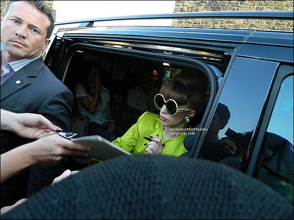 _  04/09/12 - Lady Gaga est arrivée à Cologne en Allemagne dans le cadre de sa tournée. Top?  _