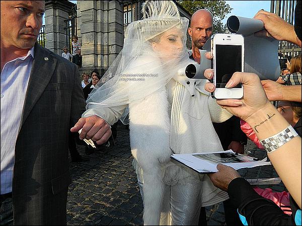 -[/align=center] 05/09/12 :  Lady Gaga photographié toute camouflé quittant son hôtel en Allemagne dans Cologne. Top?  -[/align=center]