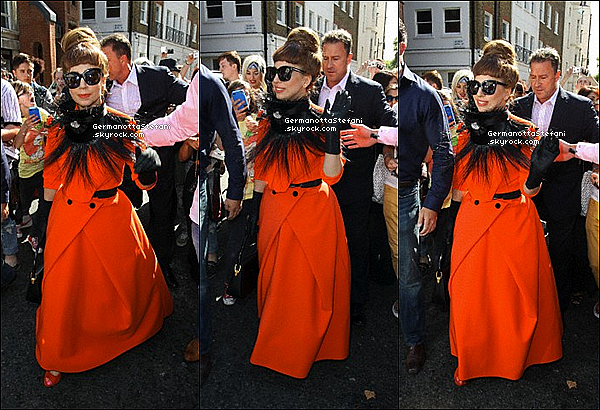 -[/align=center] 08/09/12 :  Lady Gaga et sa belle robe à été aperçue arrivant a son hôtel « Dorchester » dans Londres.  -[/align=center]