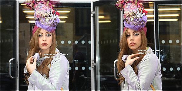-[/align=center] 10/09/12 :  Lady Gaga toute chic à été aperçue aujourd'hui arrivant a son domicile son hôtel   à Londres.  -[/align=center]