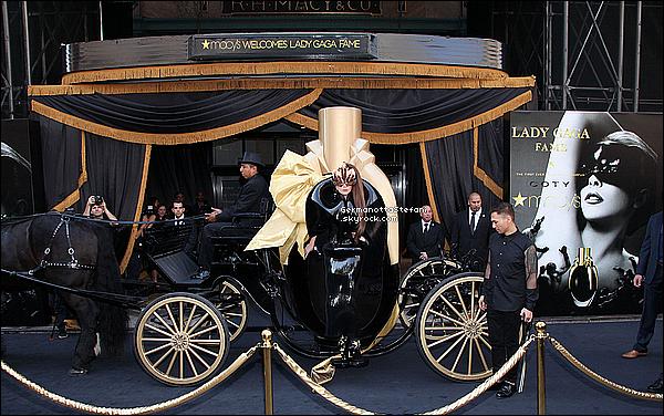 """-[/align=center] 14/09/12 :  Lady Gaga dans la peau de son parfum encore en promotion de  """"FAME"""" cette fois à Macy's.   -[/align=center]"""