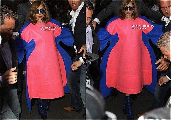 -[/align=center] 22/09/12 :  Lady Gaga  à été aperçue quittant son hôtel Parisien où elle ce rendait au Stade de France.   -[/align=center]