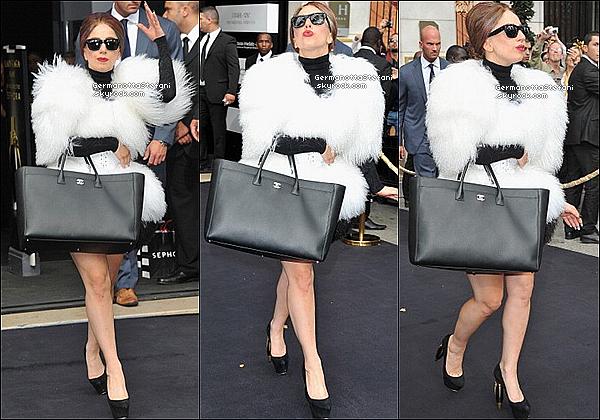 -[/align=center] 23/09/12 :  Aujourd'hui, Lady Gaga vêtue d'une longue robe noir à été vue arrivant au Séphora à 15h00.   -[/align=center]
