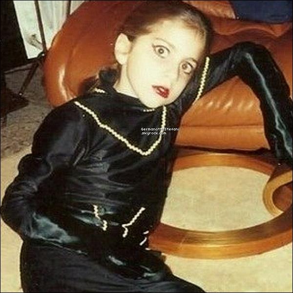 -[/align=center]  Lady Gaga a posté hier sur les réseaux sociaux une photo d'elle a  9 ans. Le look y était déjà. Lady Gaga a toujours été Lady Gaga, la preuve en image. Déjà à 9 ans, la petite Stefani Germanotta avait un style particulier qui nous rappelle ses tenues actuelles. La star a posté la photo sur son compte Twitter en indiquant : « moi quand j'avais 9 ans. Que Dieu bénisse ma mère. » GaGa est ce week end en Belgique pour son BTWB Tour.     -[/align=center]
