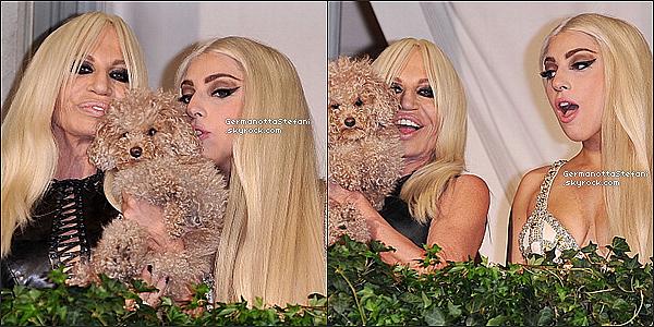 -[/align=center] 01/10/12 :  Lady Gaga vêtue de rouge est arrivée aujourd'hui à Milan avec Donatella Versace en Italie.   -[/align=center]