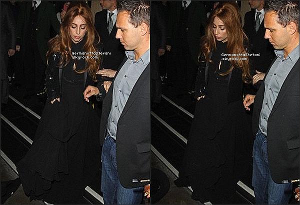 -[/align=center] 08/10/12 :  Une fois blonde une fois brune, Lady Gaga à été repéré à la sortie de son hôtel londonien.  -[/align=center]