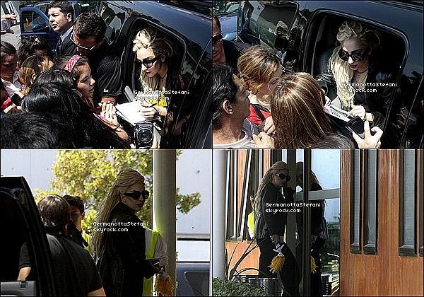 -[/align=center] 21/11/12 : Lady Gaga a été vuent aujourd'hui devant son hôtel à Santiago et signant des autographes.  -[/align=center]