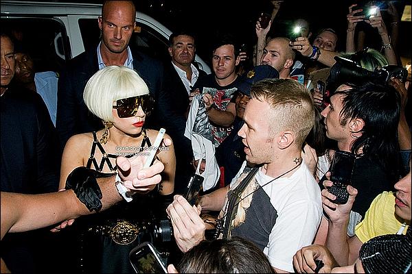 _  27/11/12 - Lady Gaga à été photographiée a son arrivée en Afrique du Sud à Johannesbourg.  _